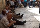 مقدسيون يوزعون الطعام على المرابطين أمام أبواب المسجد الأقصى