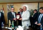 وزير التنمية المحلية يتسلم درع محافظة الفيوم