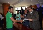 وزير القوى العاملة يسلم 165 عاملاً عقود عمل ببورسعيد