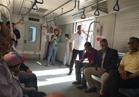 وزير النقل يفاجئ العاملين بالخط الأول للمترو ويستمع للركاب