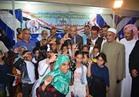 «أبو زيد» يوزع ملابس وأدوات مدرسية على 600 طفل يتيم بمطروح