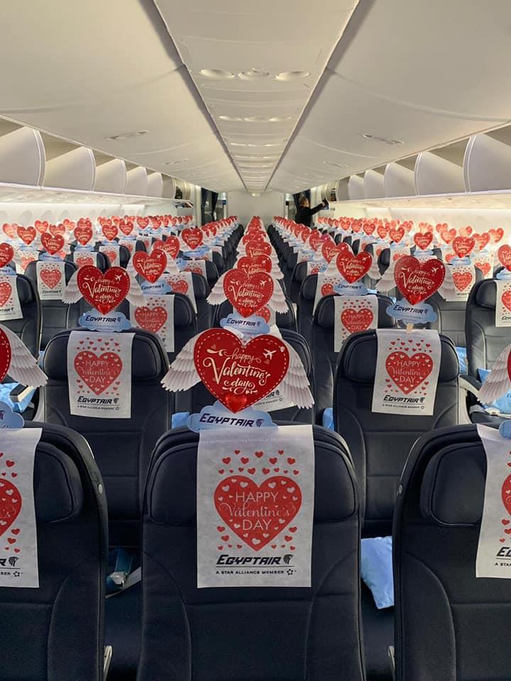 في الفلانتين.. صور مصر للطيران تحتفل مع عملائها بمطار القاهرة
