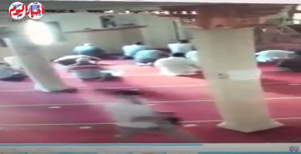 كاميرا المراقبة تفضح لصاً داخل مسجد في مصر ما أثار غضب الأهالي عليه -فيديو