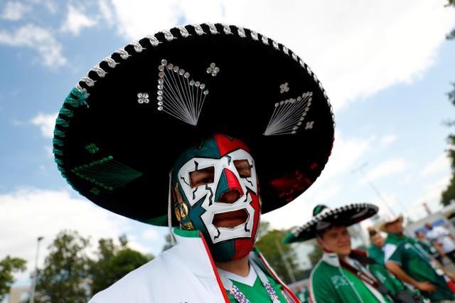 روسيا 2018| صور..جماهير المكسيك تتوافد على ملعب لوجنيكي  استعداد لموقعة الالمان