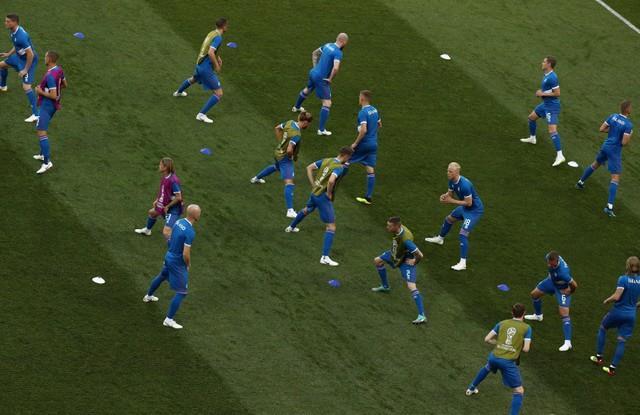إحماء لاعبو نيجيريا وأيسلندا بملعب «فولجوجراد»