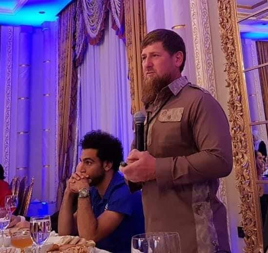 الرئيس الشيشاني يهدي محمد صلاح وسام المواطنة الفخرية