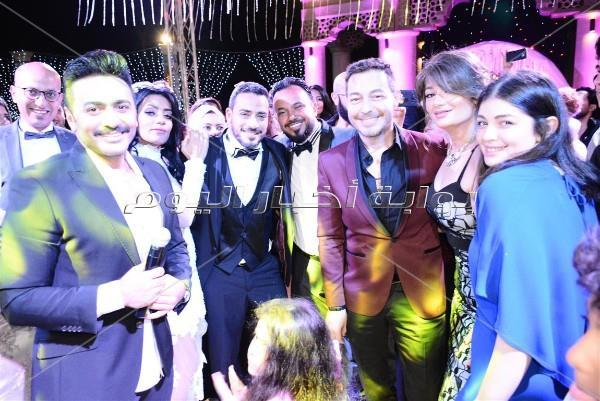 تامر حسني يُغني لـ«مصطفى وزينة» في زفافهما