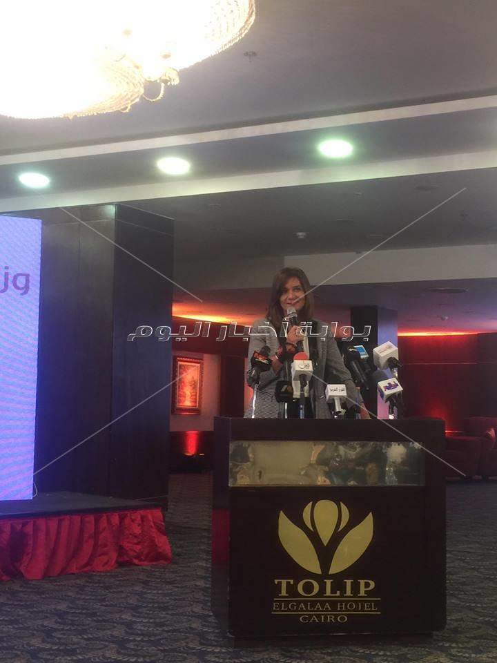 أبناء الجيل الثاني والثالث للمصريين بالخارج يهدي وزيرة الهجرة هدية
