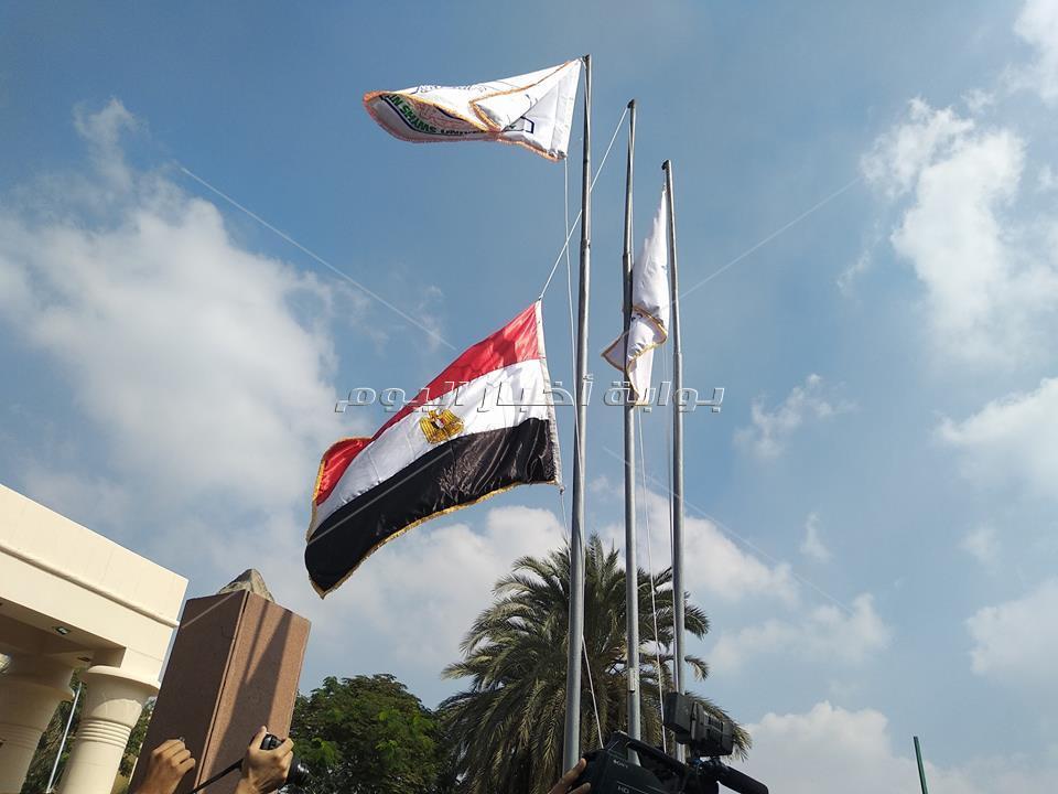رئيس جامعة عين شمس يحيي العلم مع طلاب التربية العسكرية