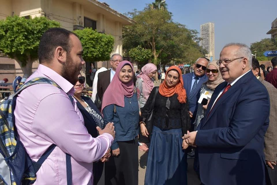 رئيس جامعة القاهرة يقوم بجولة بكلية الطب ويفاجئ الطلاب بتواجده داخل احدي المدرجات الدراسية