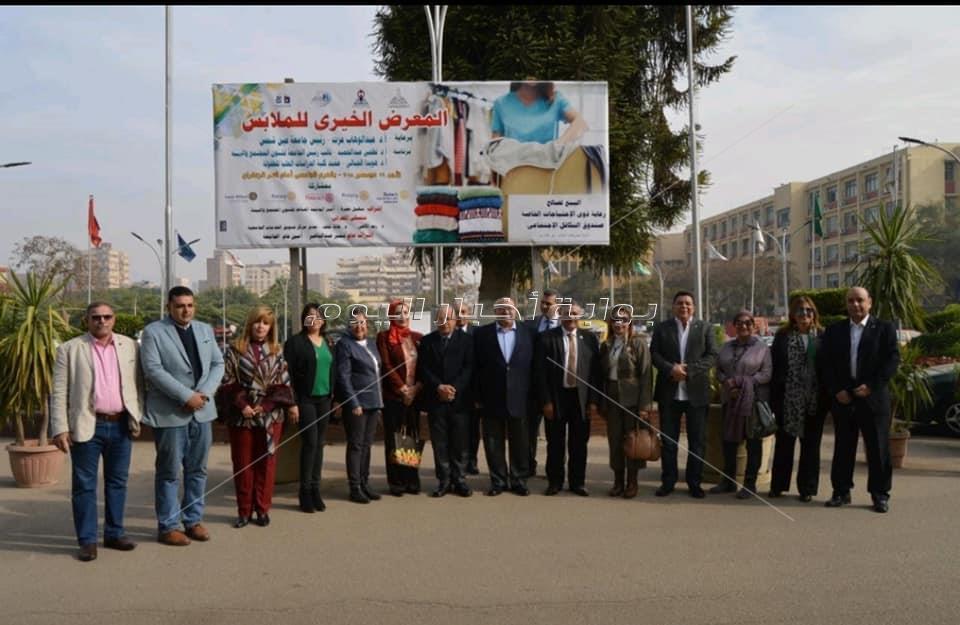 رئيس جامعة عين شمس يفتتح المعرض الخيرى للملابس بالجامعة