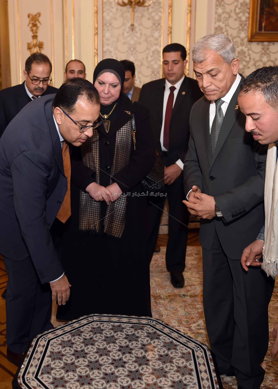 رئيس الوزراء يتفقد معرضا للمنتجات اليدوية لقرى المنوفية