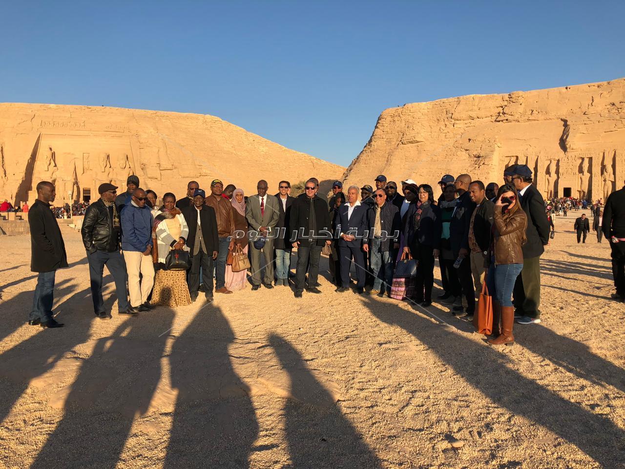 وزير الآثار يلتقط الصور التذكارية مع فرق الفولكلور بمعبد أبو سمبل
