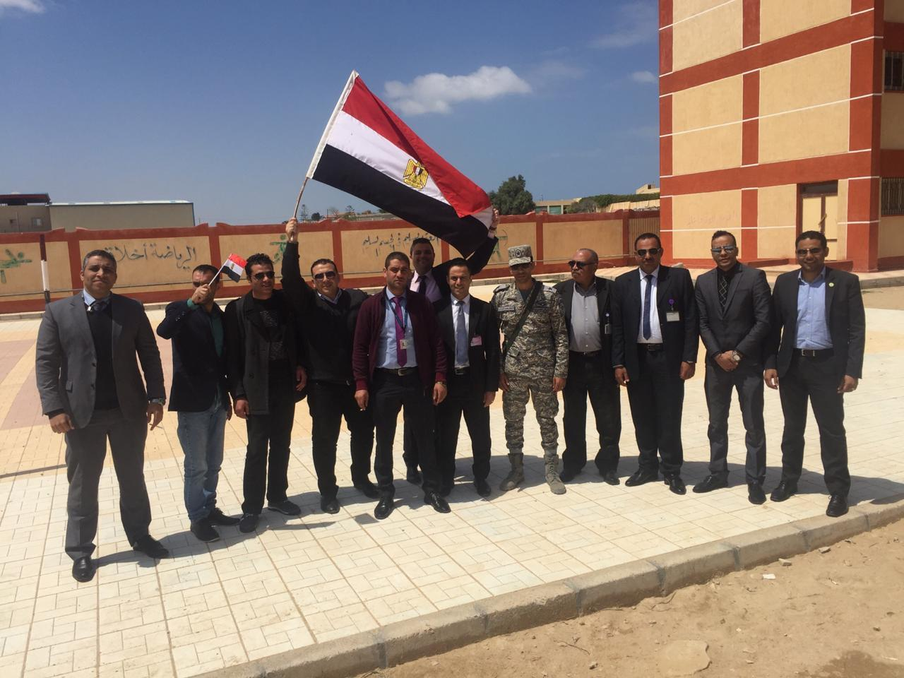 العاملين بمطار طور سيناء يرفعون أعلام مصر و  يشاركون في الإستفتاء على التعديلات الدستورية