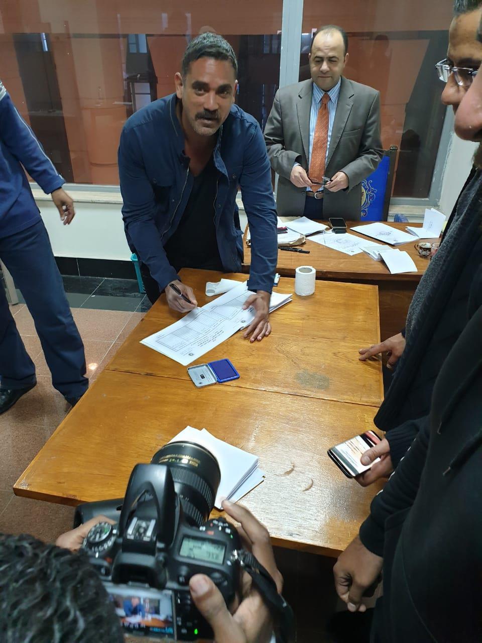الفنان أمير كرارة يدلي بصوته في الإسكندرية (1)