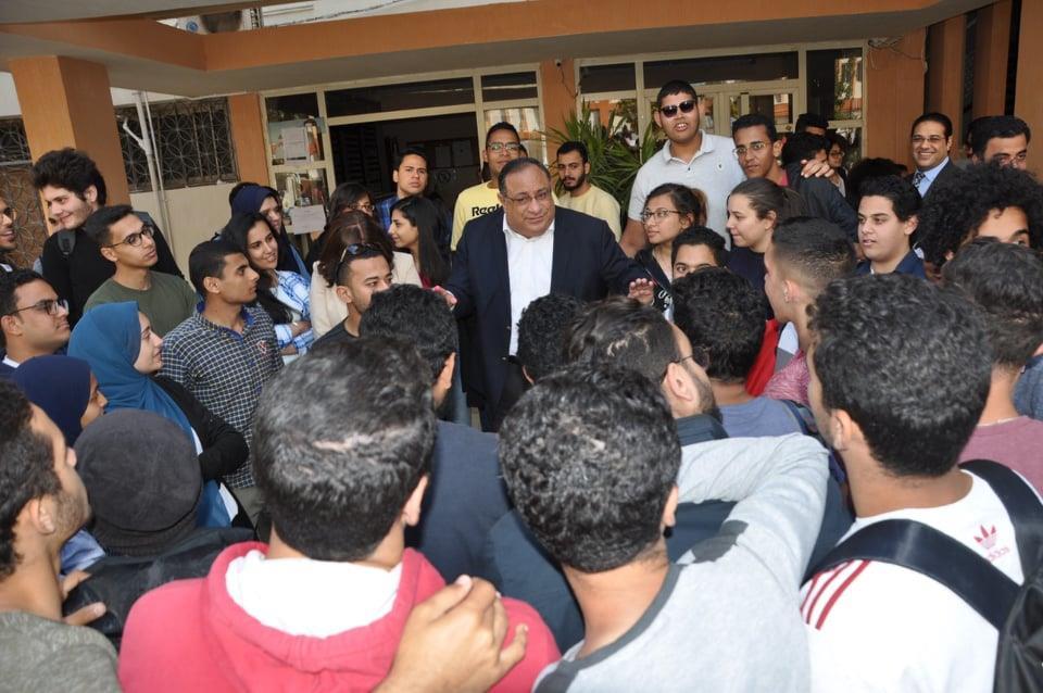 رئيس جامعة حلوان يتفقد  بعض الكليات للتوعية بأهمية المشاركة في الاستفتاء