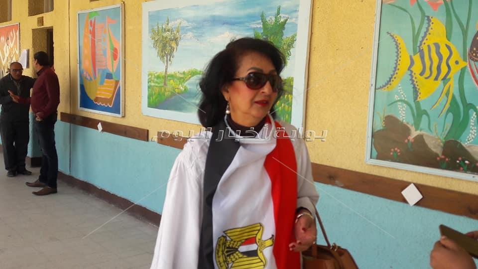سيدة ترتدي علم مصر لدعم الانتخابات