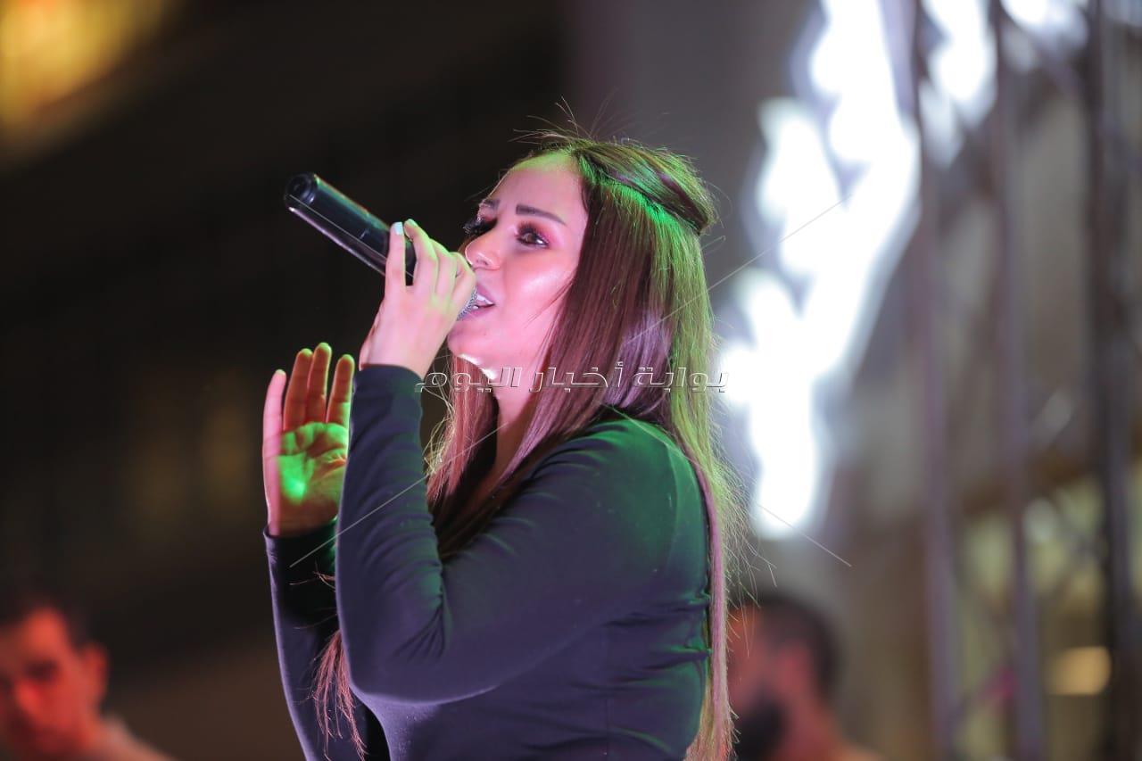 سوما تُطرب رواد خيمة «المعداوية» بأغنية «أجدع صحاب»