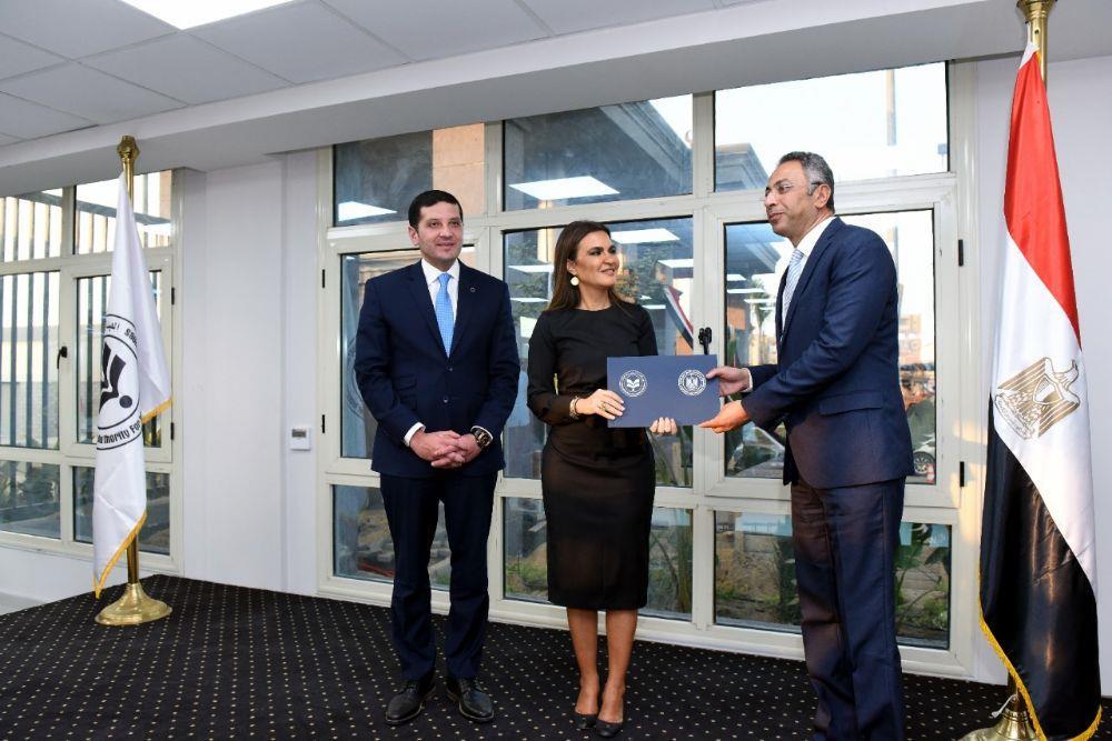 وزيرة الاستثمار تسلم الدفعة الأولى من طلبات التخصيص ل30 وحدة صناعية بميت غمر