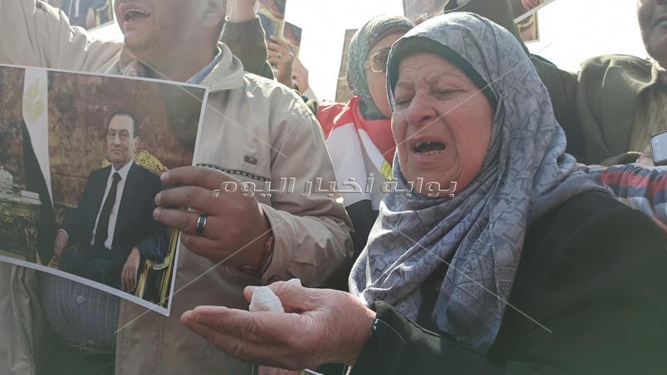 7 صور تلخص حزن وبكاء المواطنين ومحبي الرئيس مبارك من أمام مقابر أسرته