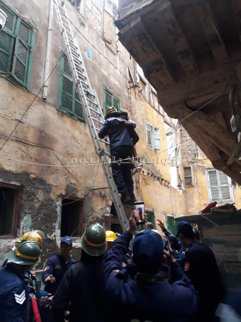إنقاذ أب وطفل في انهيار سلم عقار بالإسكندرية بسبب الأمطار