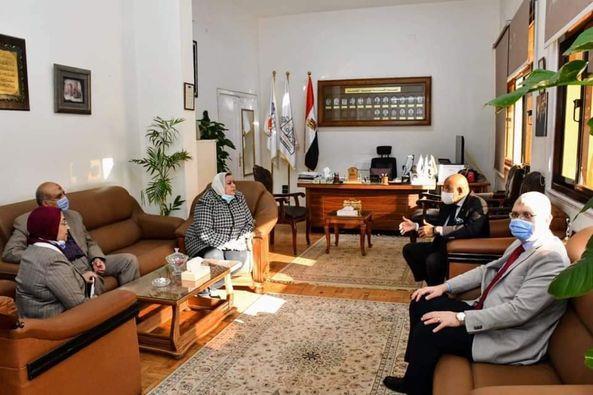 بالصور.. نائب رئيس جامعة عين شمس يٌشيد بتطبيق الإجراءات الاحترازية للجان الامتحانات