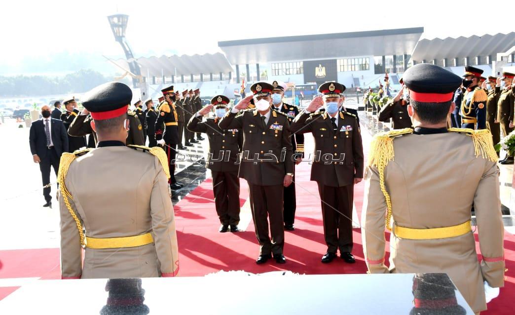 وزير الدفاعلوضع إكليل الزهور على النصب التذكاري لشهداء القوات المسلحة