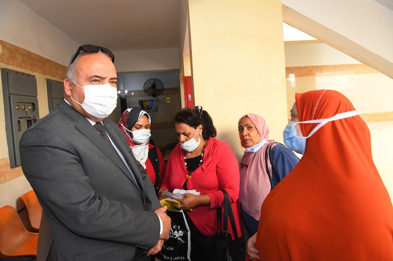 محافظ قنا يصطحب مواطنة في سيارته الخاصة ويعاقب أطباء بالتأمين الصحي