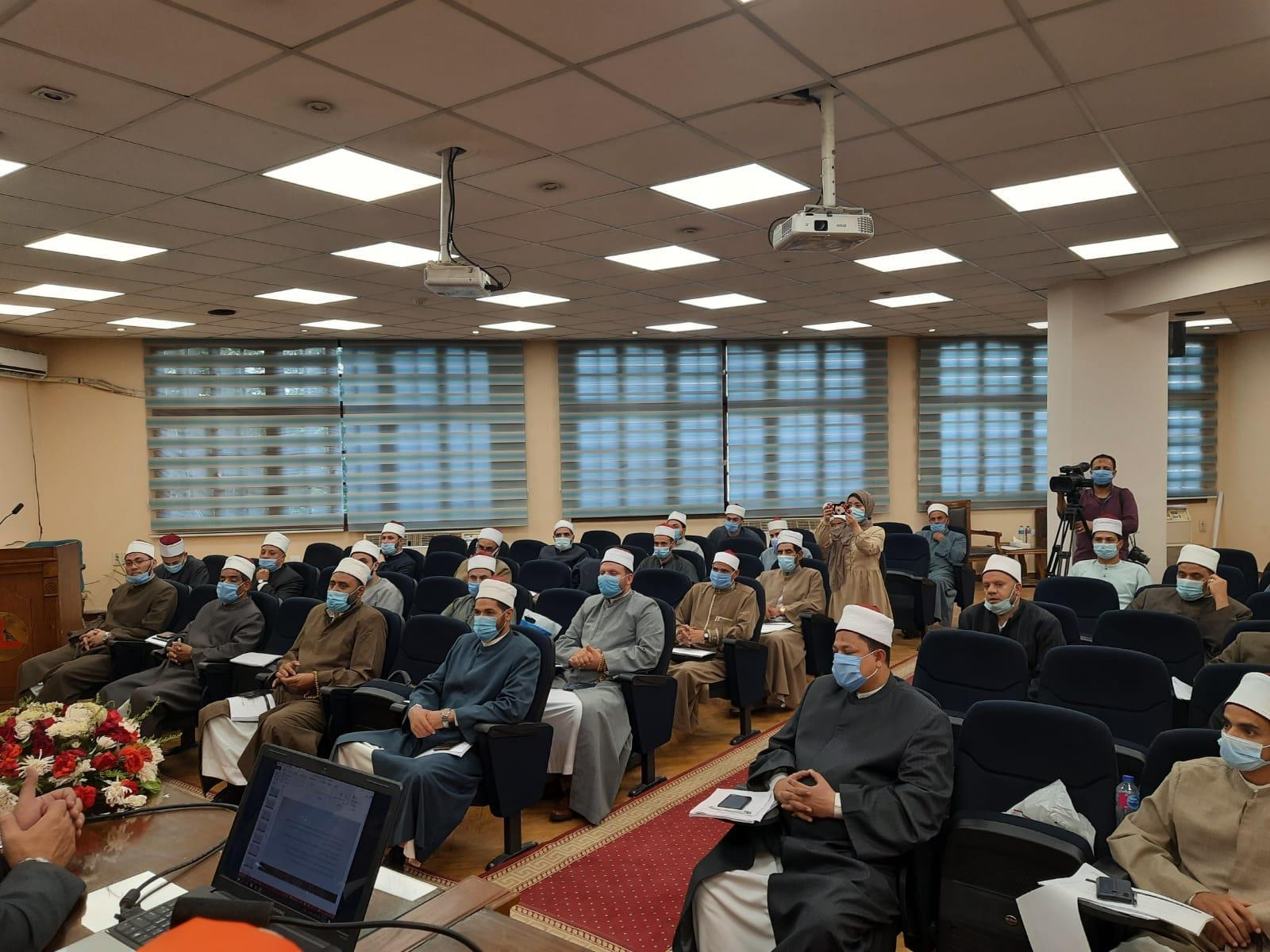 نائب رئيس جامعة عين شمس يشهد ثاني ايام دورة المهارات الإعلامية لأئمة الأوقاف بكلية الآداب