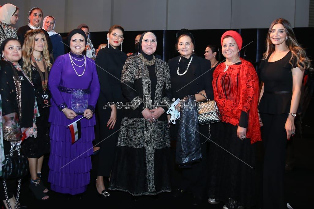 حنان مطاوع بفستان فرعوني في أول عرض أزياء تراثي بحضور وزيرات مصر