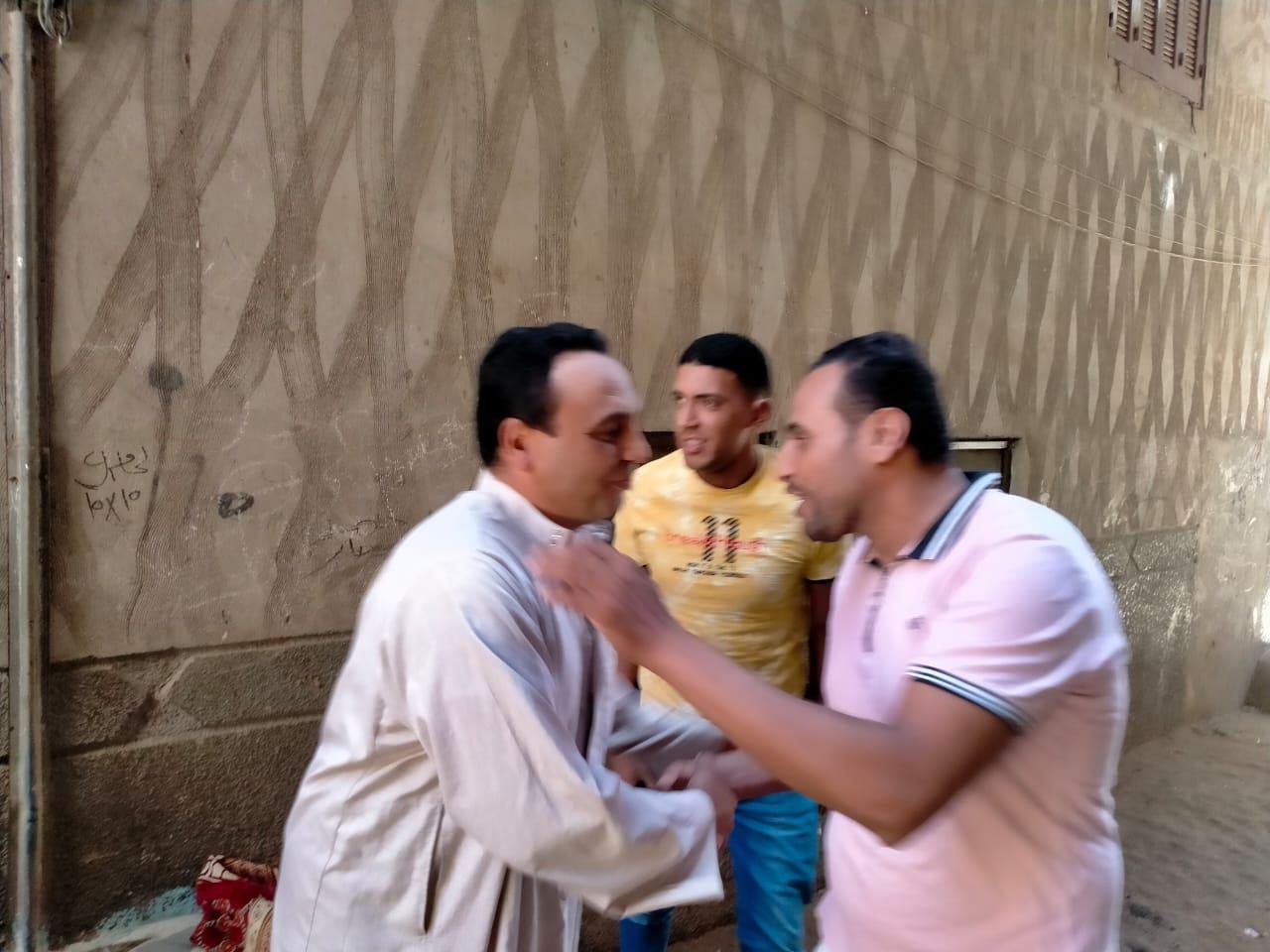 أبناء قرية الروضة يواصلون الاحتفاء بعد صلاة الجمعة بابنهم العائد بعد ال12 يوم من الاحتطاف