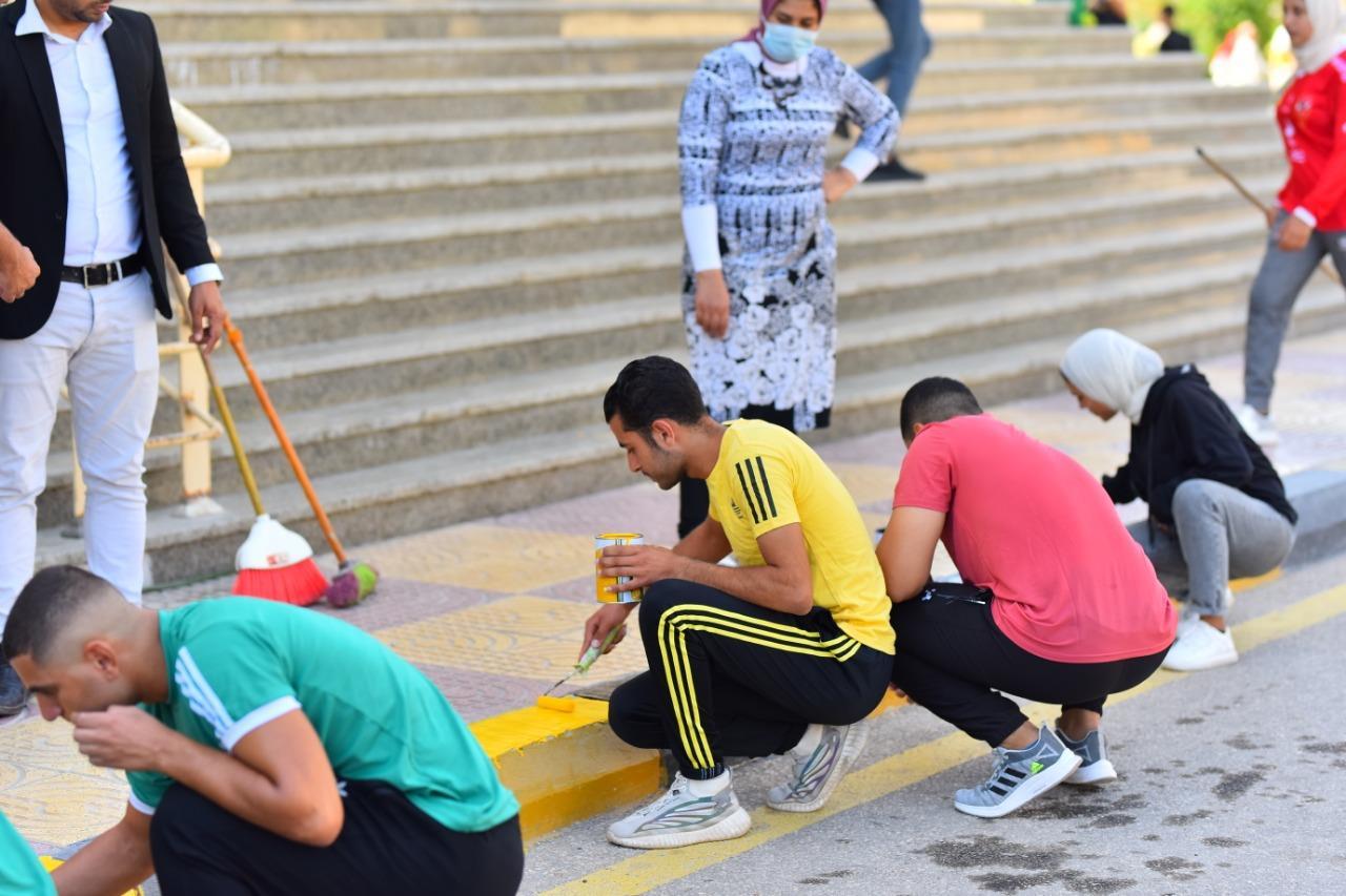 طلاب تربية رياضية كفرالشيخ  يشاركون في تجميل ودهان أرصفة كليتهم في «الأسبوع البيئي»