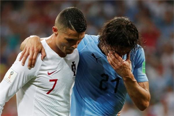 e6c5cc8fd صور| كريستيانو رونالدو يترك المباراة لمساعدة كافاني على مغادرة ...