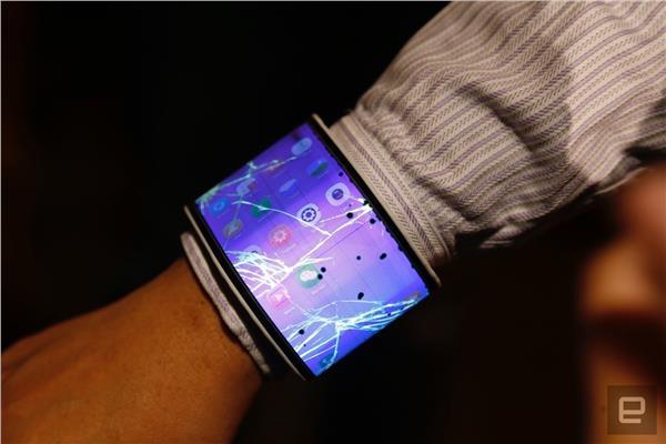 db172c520fcb4 شاهد أول هاتف «قابل للطي» في العالم يمكن ارتداؤه بمعصم اليد