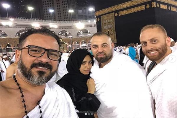 234ef7bc6 محمد رجب يؤدي مناسك العمرة.. ويستأنف تصوير «علامة استفهام» قريبا ...