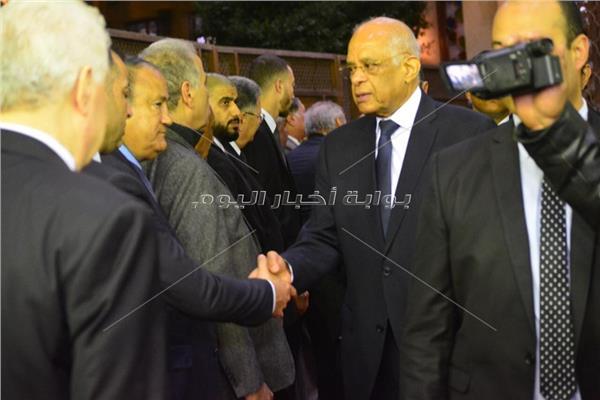 صور كبار المسؤولين ونجوم الرياضة يحضرون عزاء شقيقة مرتضى منصور