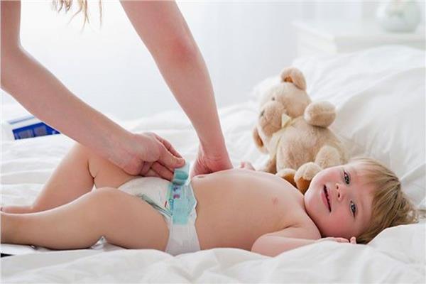 هل تغيير الحفاضات للطفل ينقض الوضوء أو يبطل الصلاة؟.. الإفتاء تجيب